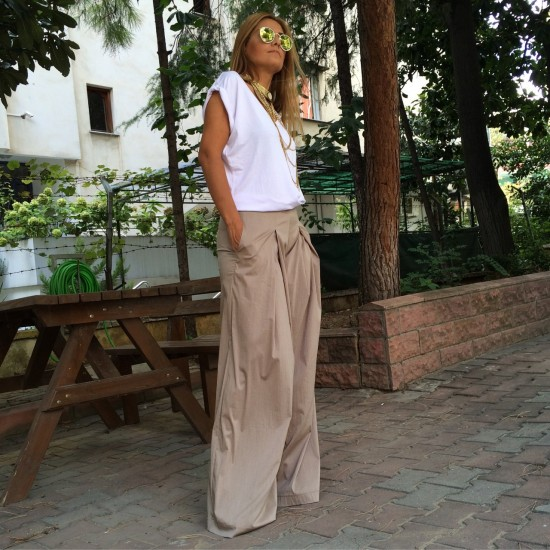 Baggy trousers with wide pleats